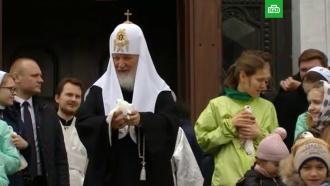 Патриарх Кирилл выпустил в небо белых голубей