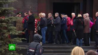 Коммунисты вдень рождения Ленина возложили цветы кмавзолею