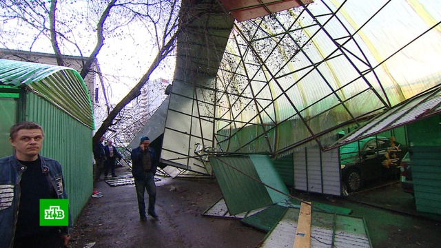 Смертоносный ураган вМоскве: мусорная будка убила ребенка на глазах упрохожих.Москва, погода, штормы и ураганы.НТВ.Ru: новости, видео, программы телеканала НТВ