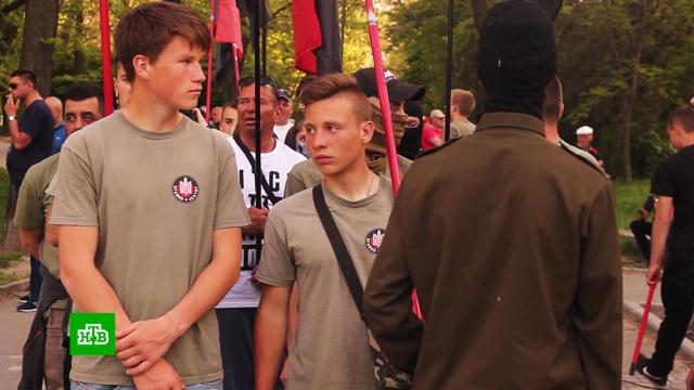 Националисты избили мужчину сцветами на траурном митинге вОдессе.Одесса, Украина, драки и избиения, расследование, убийства и покушения.НТВ.Ru: новости, видео, программы телеканала НТВ