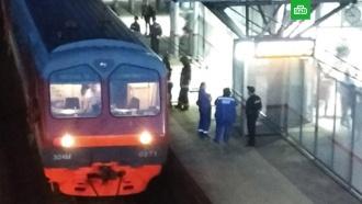 Пассажира зажало между электричкой иплатформой вМоскве