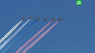 Боевая авиация в парадном строю пролетела над Москвой