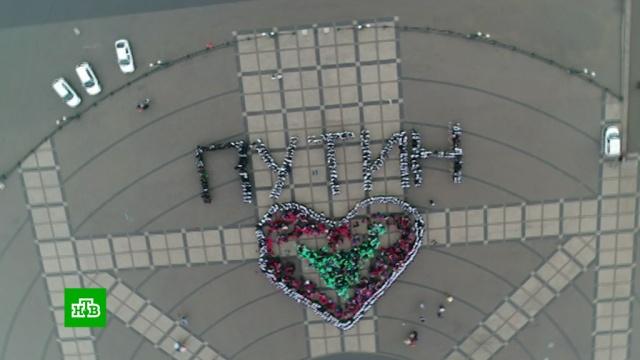 Активисты в Новороссийске устроили флешмоб в честь инаугурации Путина.Новороссийск, Путин.НТВ.Ru: новости, видео, программы телеканала НТВ