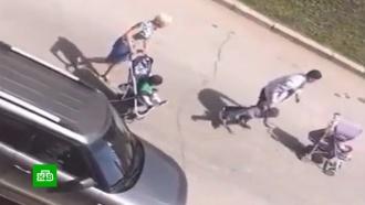 Очевидцы сняли, как отец «воспитывал» трехлетнего сына пинками и ударами