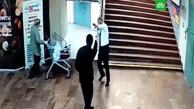 Хулиган с ломом и газовым пистолетом напал на ТЦ в центре Москвы.задержание, магазины, Москва, стрельба.НТВ.Ru: новости, видео, программы телеканала НТВ