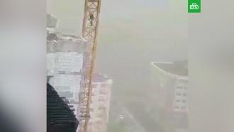 Женщина сняла на видео ураган из кабины башенного крана