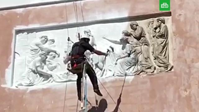В Смольном выясняют, кто самовольно покрасил барельеф храма на Конюшенной площади.Санкт-Петербург, вандализм, памятники, соцсети.НТВ.Ru: новости, видео, программы телеканала НТВ