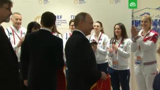 Путин иМакрон на полях ПМЭФ пообщались сфехтовальщицами сборных России иФранции