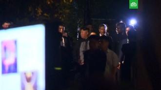 Ким Чен Ын вокружении армии охранников вышел на ночные улицы Сингапура