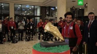 Салаху в Чечне подарили 100-килограммовый торт с золотой бутсой