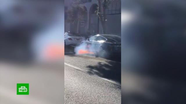 Электромобиль знаменитого режиссера вспыхнул во время движения.Голливуд, знаменитости, пожары, электромобили.НТВ.Ru: новости, видео, программы телеканала НТВ