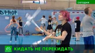 Жонглеры дают зрелищные мастер-классы на берегах Невы