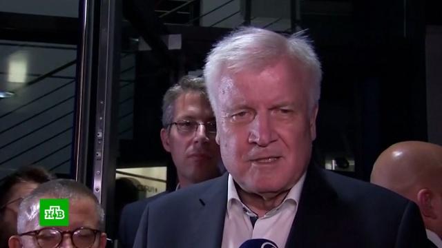 Глава МВД Германии намерен уйти вотставку из-за беженцев.Германия, Меркель, мигранты.НТВ.Ru: новости, видео, программы телеканала НТВ