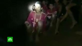 ВТаиланде кнайденным впещере детям тянут свет ителефонные провода