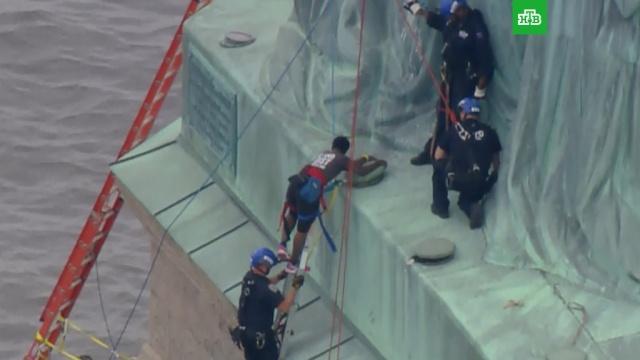 Полиция Нью-Йорка арестовала демонстрантку, залезшую на Статую Свободы.США, митинги и протесты, памятники.НТВ.Ru: новости, видео, программы телеканала НТВ