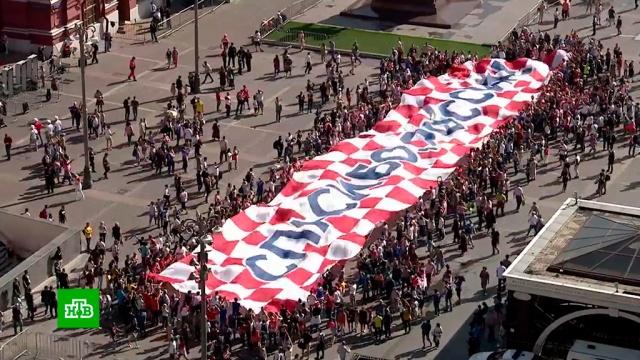 Хорваты перед матчем с Англией пронесли по центру Москвы баннер «Спасибо, Россия».фанаты, футбол, Хорватия.НТВ.Ru: новости, видео, программы телеканала НТВ