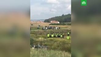 Трамп приветствовал на поле для гольфа окруживших его протестующих