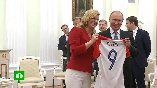 Президент Хорватии подарила Путину футболку своей сборной снадписью Putin.Путин, Хорватия, футбол.НТВ.Ru: новости, видео, программы телеканала НТВ