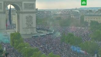 ВПариже многотысячная толпа ликовала после победы Франции на ЧМ