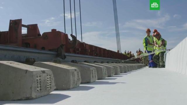 Строители показали укладку «бархатных» путей на Крымском мосту: видео.Крым, мосты, строительство.НТВ.Ru: новости, видео, программы телеканала НТВ