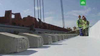Строители показали укладку «бархатных» путей на Крымском мосту