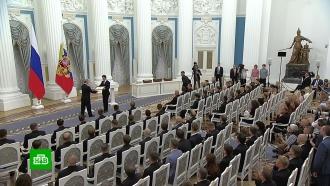 Путин вКремле наградил футболистов сборной России