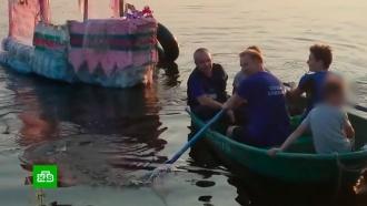 Спасатели прервали отдых юных уральцев на плоту из пластиковых бутылок