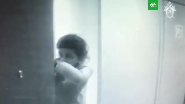 СК опубликовал видео из подъезда, где три сестры убили своего отца.Москва, аресты, суды, убийства и покушения.НТВ.Ru: новости, видео, программы телеканала НТВ