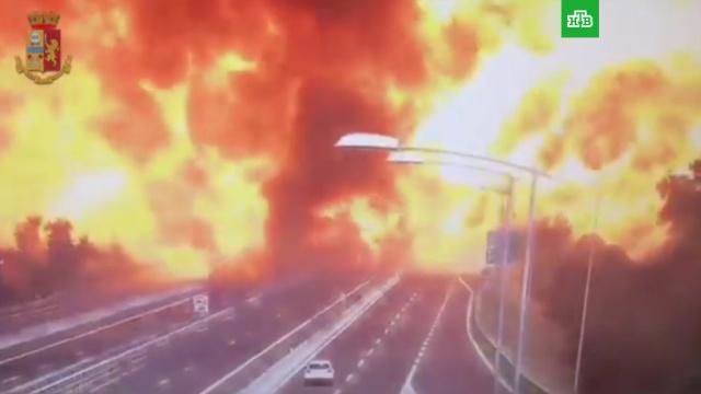 Камера сняла момент ДТП, ставшего причиной мощного взрыва вБолонье.ДТП, Италия, взрывы.НТВ.Ru: новости, видео, программы телеканала НТВ