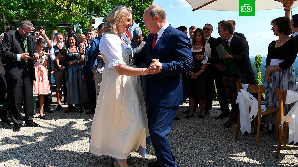 Путин станцевал сглавой МИД Австрии на ее свадьбе: фото