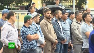 УСоборной мечети вМоскве мусульмане собираются на праздничную молитву