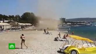 Песчаный смерч распугал туристов на пляже вГеленджике