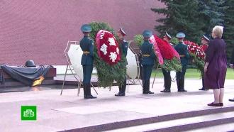 В Александровском саду возложили венки в честь 75-летия победы в Курской битве