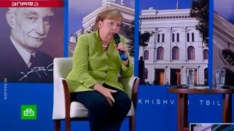 Меркель вбинокль осмотрела из Грузии российскую военную базу вЮжной Осетии