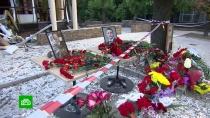 «Мы друга потеряли»: жители Донецка несут цветы на место гибели Захарченко