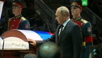 Путин иМедведев приехали на церемонию прощания сКобзоном
