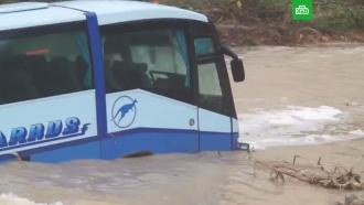 ВНовороссийске пассажирский автобус смыло вморе