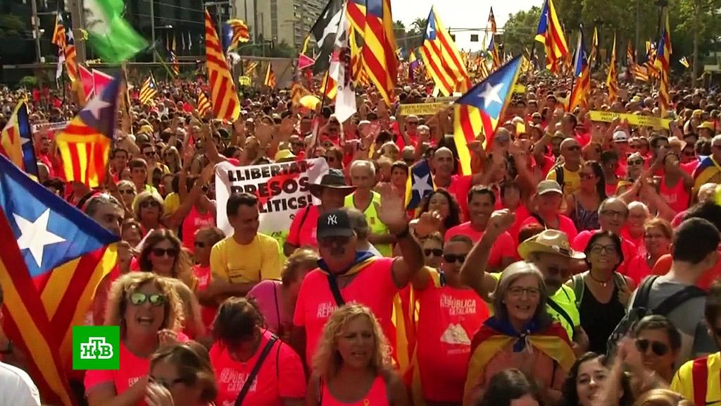 Сотни тысяч человек в Барселоне потребовали свободы от Мадрида.Испания, Каталония, демонстрации, митинги и протесты, торжества и праздники.НТВ.Ru: новости, видео, программы телеканала НТВ