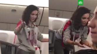 Предлагающую выпить пассажирам самолета Бузову сняли на видео
