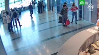 Опубликовано видео, на котором омичка дарит ребенка учительнице из Петербурга