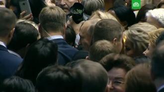 Женщины окружили Путина, требуя селфи: видео.Путин, Санкт-Петербург, женщины.НТВ.Ru: новости, видео, программы телеканала НТВ
