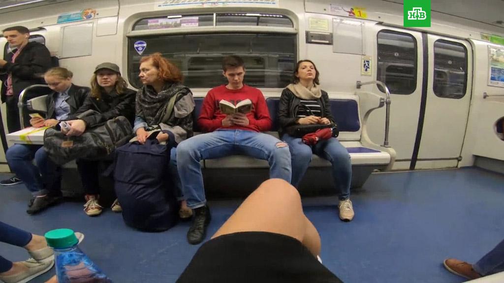devushka-razdvinula-nogi-v-metro-porno-s-dlinnonogoy-i-grudastoy-rizhey