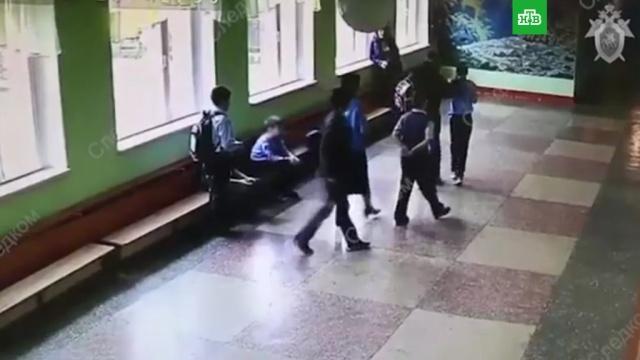 Нападение мужчины на мальчика в челябинской школе попало на видео.Челябинск, дети и подростки, драки и избиения, школы.НТВ.Ru: новости, видео, программы телеканала НТВ