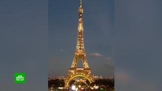 Эйфелева башня окрасилась взолотой цвет впамять оШарле Азнавуре