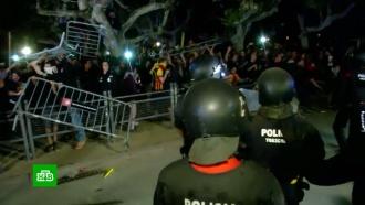Протестующие в Барселоне забросали полицейских банками, яйцами и бутылками.Испания, Каталония, беспорядки, митинги и протесты, полиция.НТВ.Ru: новости, видео, программы телеканала НТВ