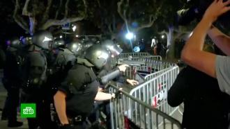 Протестующие вБарселоне забросали полицейских банками, яйцами ибутылками