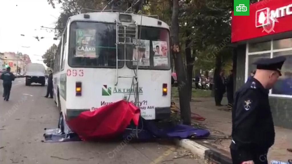 В Орле троллейбус неожиданно набрал скорость и начал давить людей (2018)
