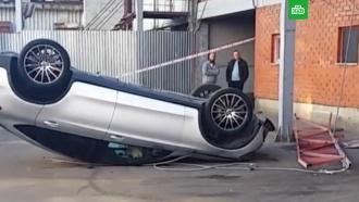 Mercedes упал со второго этажа парковки в&nbsp;Москве <nobr>из-за</nobr> мойщика