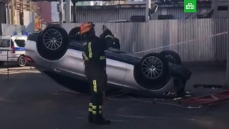 Mercedes рухнул со второго этажа парковки на западе Москвы
