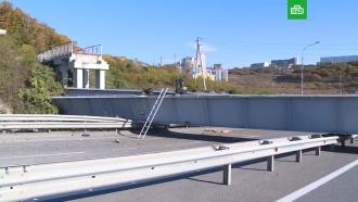 Пешеходный виадук рухнул на трассу во Владивостоке